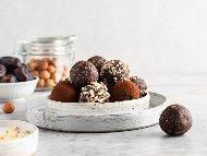 Приготвяне на рецепта Домашни веган сурови бонбони с фурми, орехи, кашу и какао (без рафинирана захар)